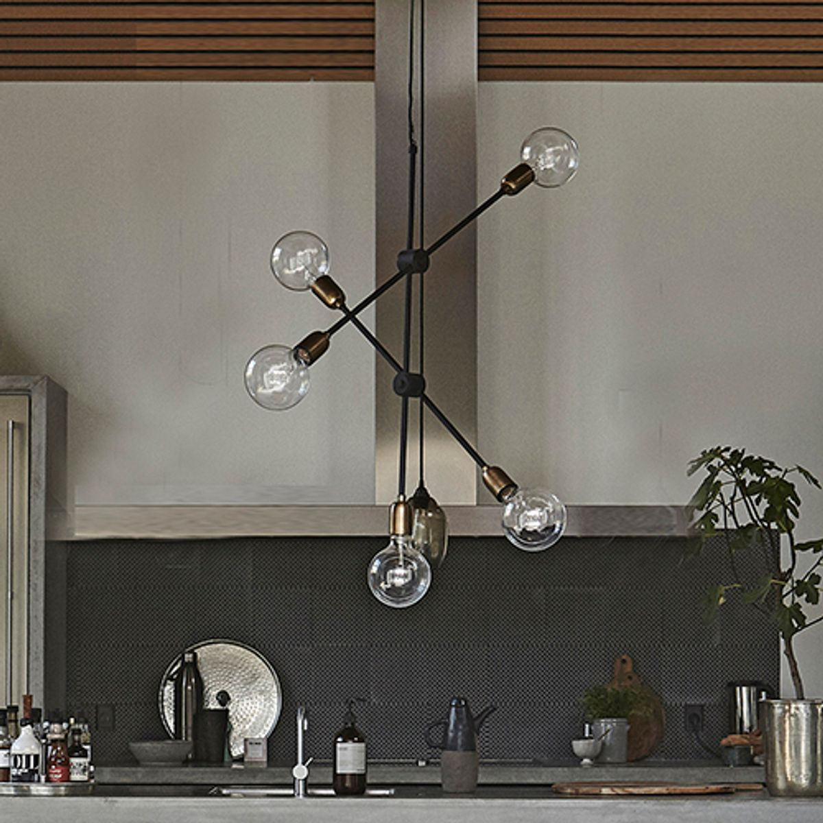 lustre suspension en m tal et laiton 5 douilles molecular house doctor decoclico. Black Bedroom Furniture Sets. Home Design Ideas