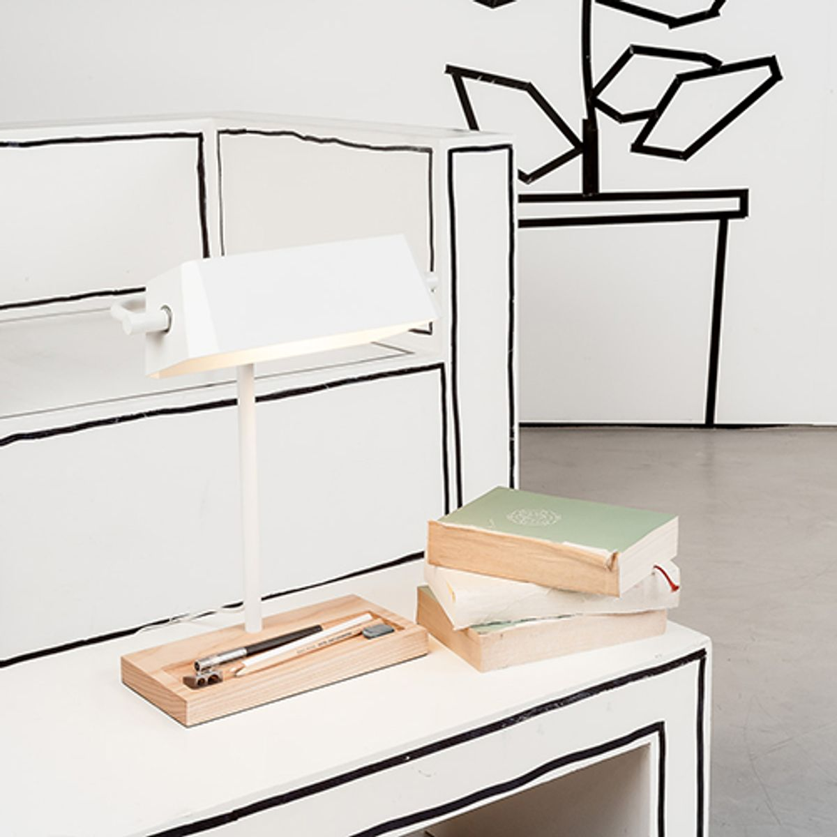 lampe de bureau en acier et bois cambridge it s about romi decoclico. Black Bedroom Furniture Sets. Home Design Ideas