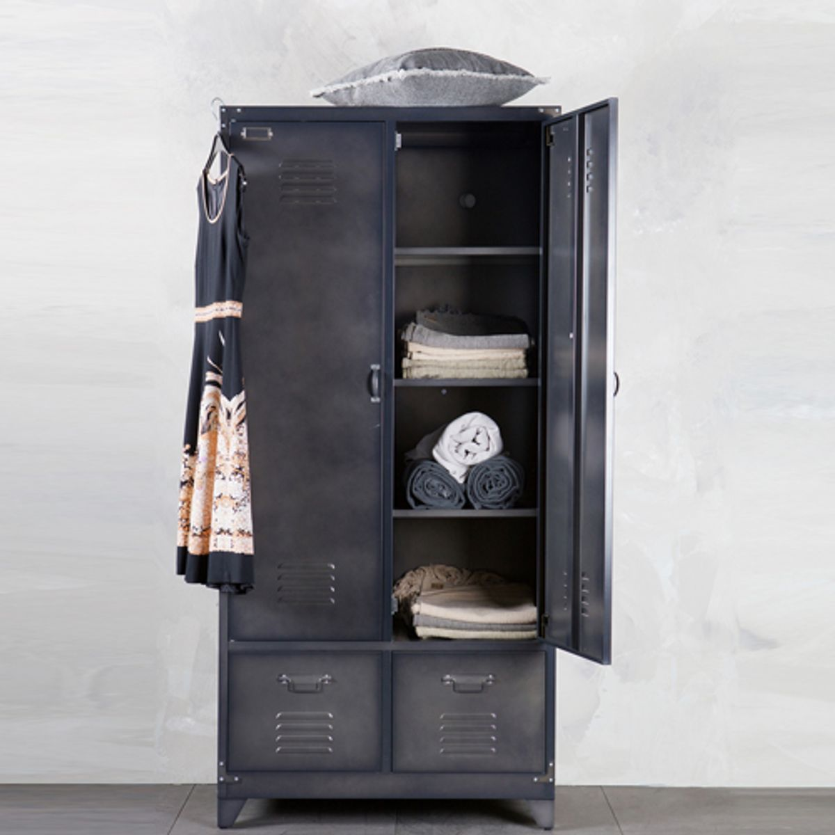 armoire casier m tal noir 1 penderie 3 tag res 2 tiroirs locker decoclico. Black Bedroom Furniture Sets. Home Design Ideas