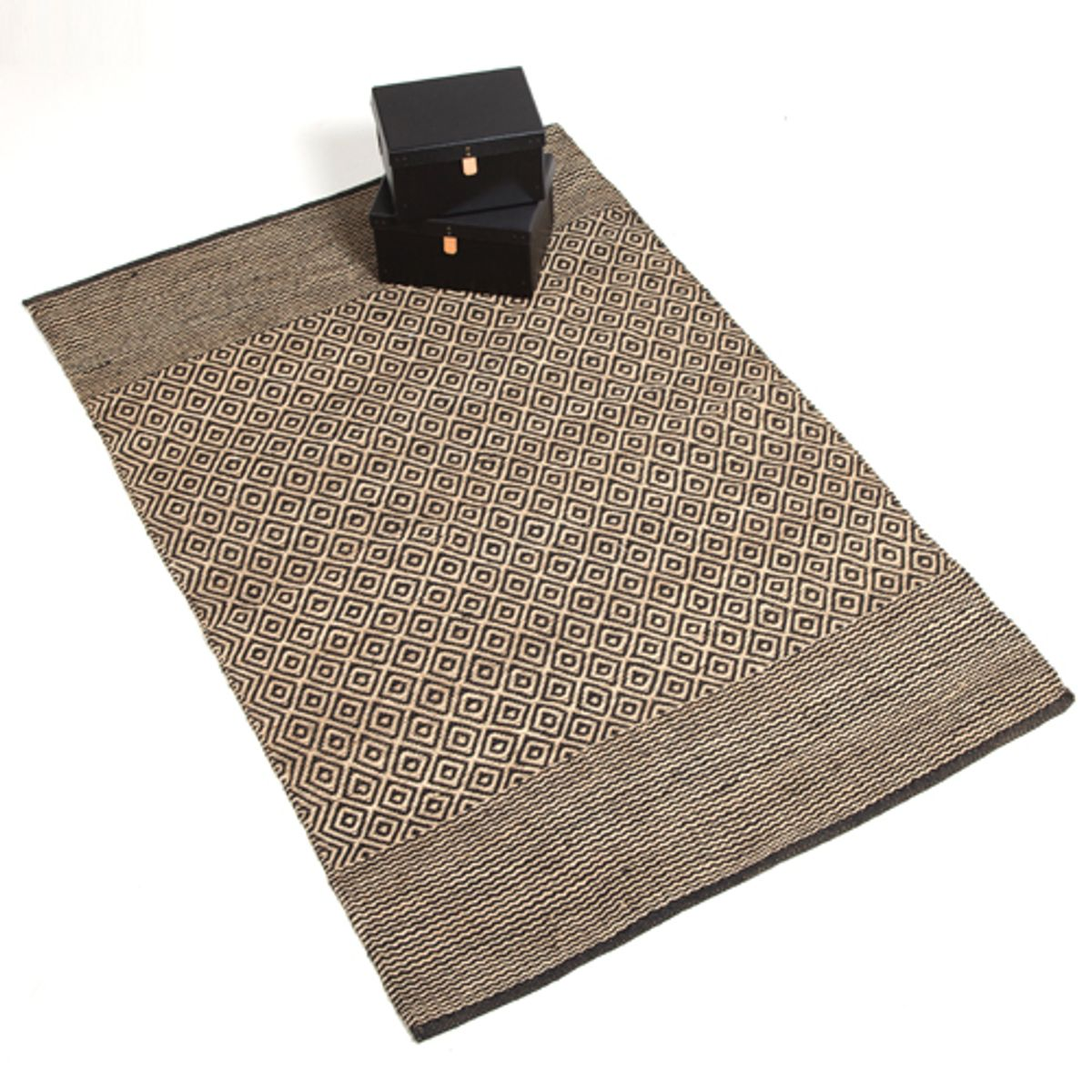 tapis en jute naturel tiss main motifs losange noir decoclico. Black Bedroom Furniture Sets. Home Design Ideas